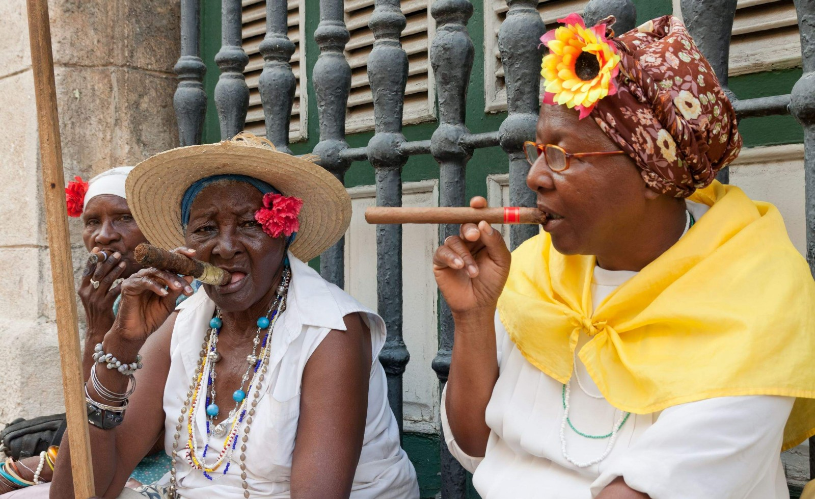 old-ladies-with-cigars-in-havana-cuba-1600x979